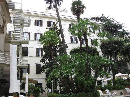 Aldrovandi Villa Borghese: The hotel from the pool
