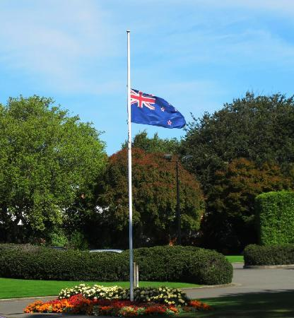 Commodore Airport Hotel, Christchurch: Flag outside hotel