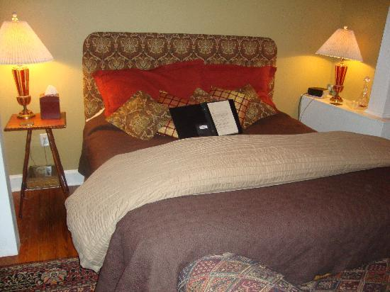 Amethyst Inn & Cottages: Comfy King Bed