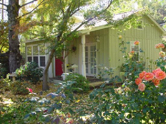 The Seasons Bed and Breakfast: Green Cottage