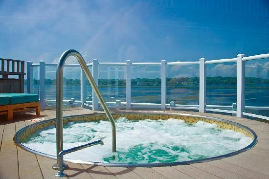 Newport Beach Hotel and Suites: Roof Top Hot Tub