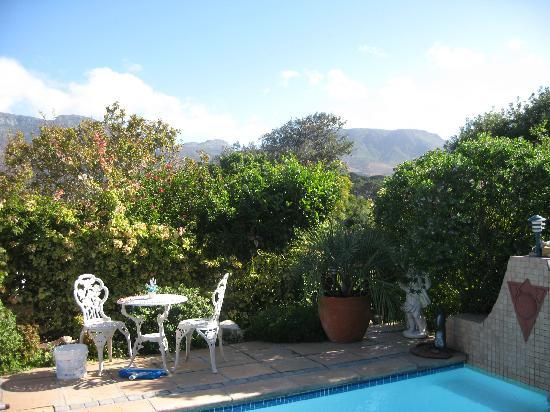 Paradiso Guesthouse & Self Catering Cottage: Lovely garden, grounds and pool