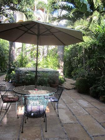 Los Arcos Bed & Breakfast: Breakfast table in courtyard