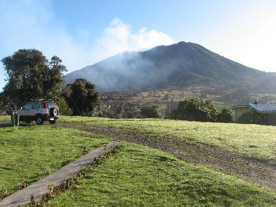 Volcan Turrialba Lodge: Steam rising from Volcan Turrialba