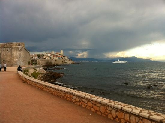 Antibes, Frankrig: storm clouds localised over the ramparts