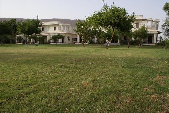 Alwar Bagh (Sariska) by Aamod: Spacious grounds