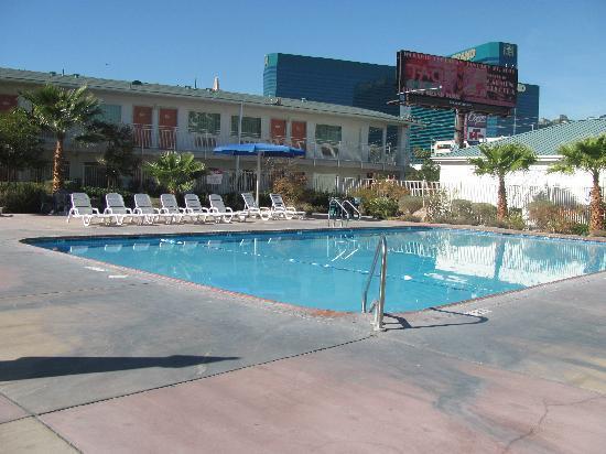 Motel 6 Las Vegas - Tropicana: the pool