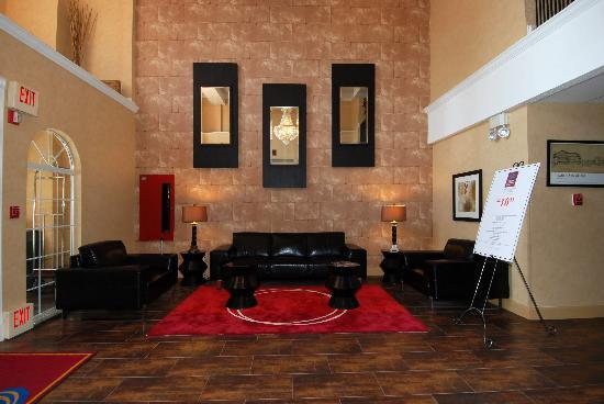 Comfort Suites Las Colinas Center: Well Decorated Lobby Sitting Area