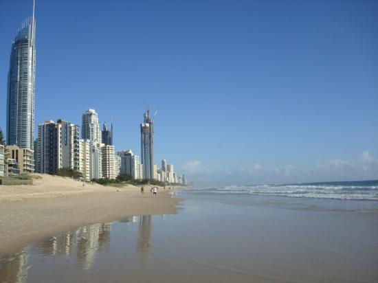 รีเจ้นท์อพาร์ทเม้นส์: looking down coast towards surfers