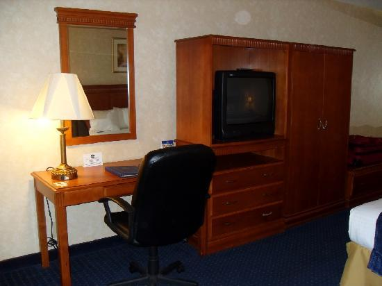 Quality Inn Phoenix North I-17: Clothing/TV armoire