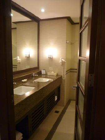 Henann Lagoon Resort: Common bathroom in the family suite
