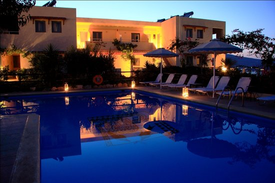 Elounda Heights Apartments and Studios: Apartments at night