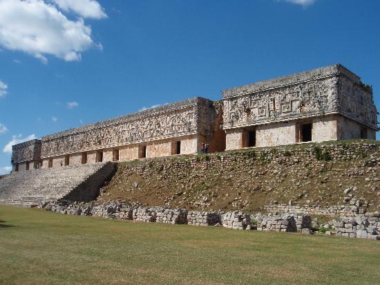 Uxmal, Mexico: 総督の館。ここから見る魔法使いのピラミッドのシルエットがいい