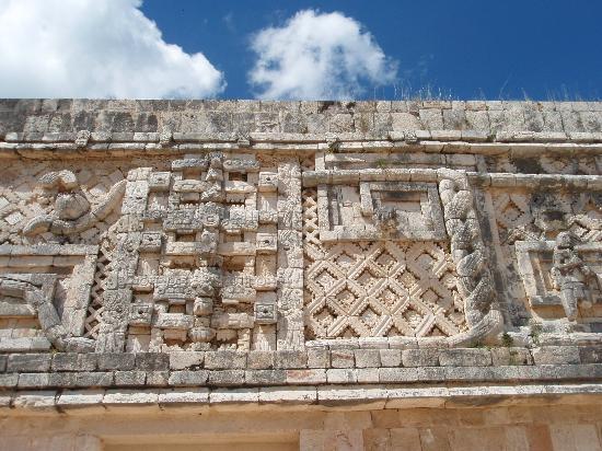 Uxmal, Mexique : 尼僧院の彫刻はキレイデス。