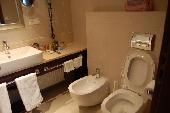 Alwyn: clean bathroom with tub