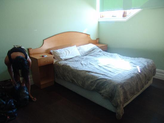 Governor Robinsons Backpackers Hostel: the main bed