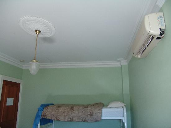 Governor Robinsons Backpackers Hostel: aircon
