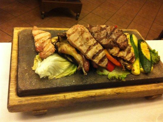 Etroubles, Italie : das war der leckere Grillteller mit Gemüse und Obst auch vom Grill