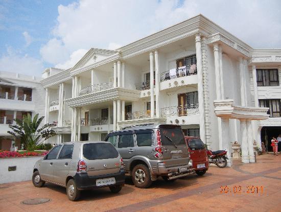 Victoria Club Hotel: View in sunlight