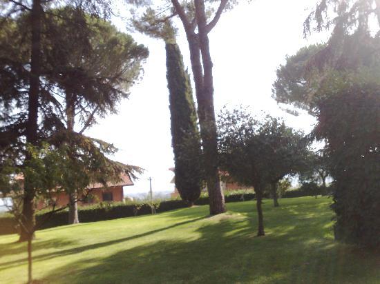 Castelnuovo di Porto, Italia: veduta del giardino che circonda l'hotel