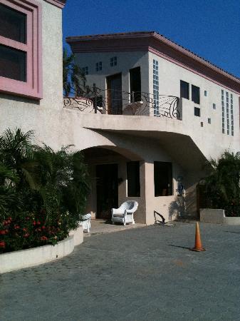 Las Sirenas Hotel & Condos: ingresso esterno