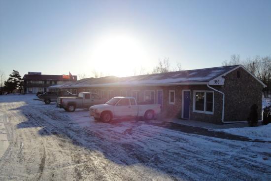 Moonlight Inn And Suites Sudbury: Moonlight Inn & Suites, exterior