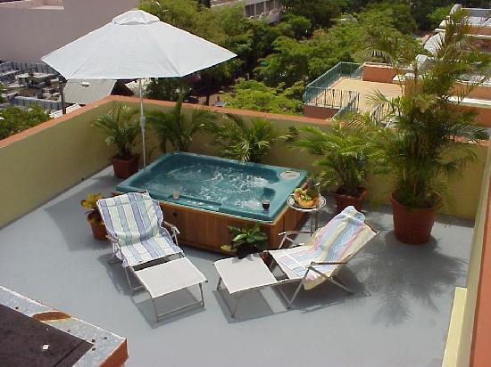 Commodore Inn The Grove: private jaccuzzi- apartment sundeck
