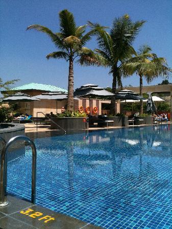 ITC Gardenia, Bengaluru : Beautiful rooftop pool area