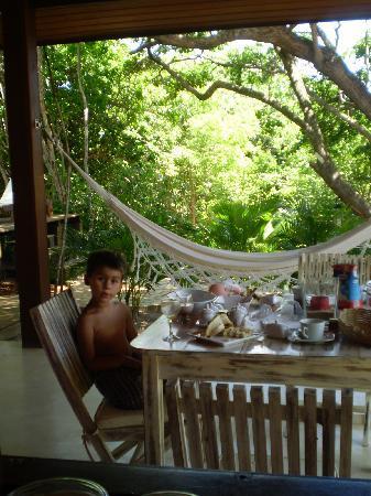 Pousada Terra dos Goitis: Terraza con comedor y hamaca