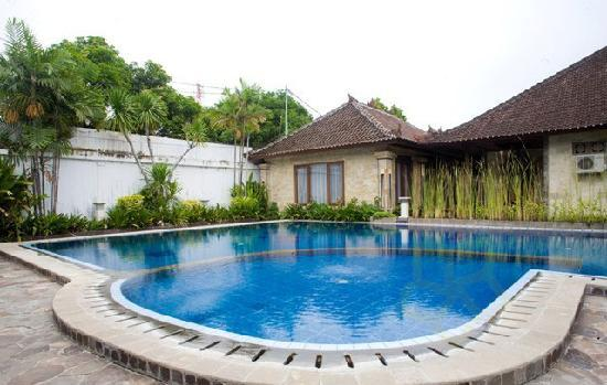 Taman Sari Cottage II: Pool area
