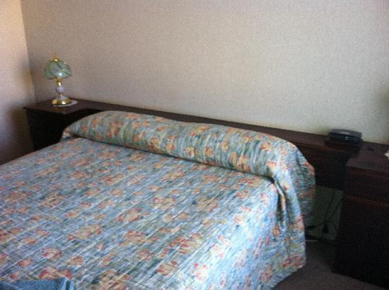 Camellia Motel Narrandera: 60's style bed and head