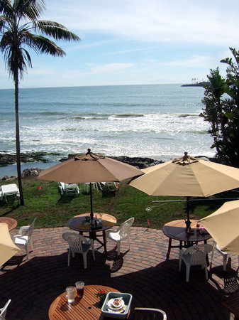 Shoals Restaurant at The Cliff House Inn: Looking down on the outdoor area