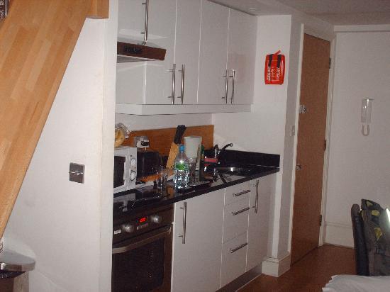 Hyde Park Suites Serviced Apartments: cozinha