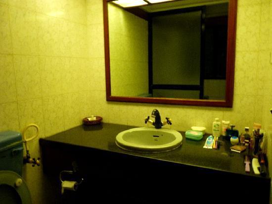 Beverly Hills: bathroom