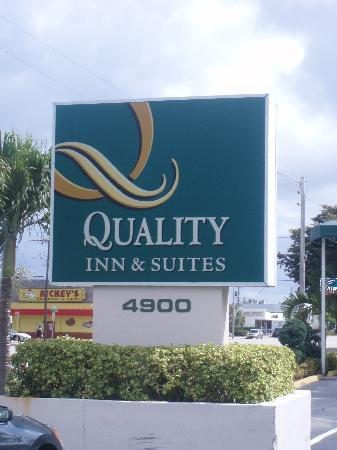 Quality Inn & Suites Hollywood Boulevard: Sign by the road