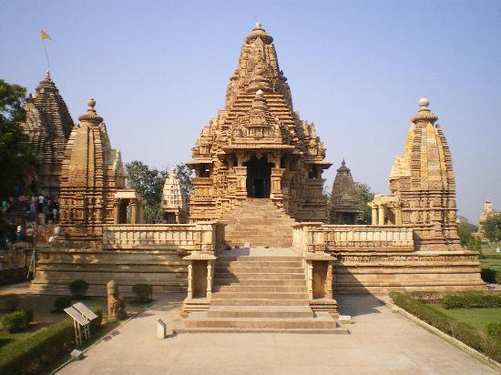 Hotel Surya Khajuraho : it takes 3-4min by walk, you can see the temple.