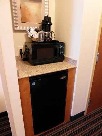 Holiday Inn Richmond Airport : Room 616 Coffeemaker, microwave, fridge