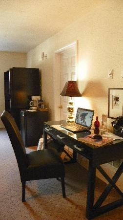 The Washington Hotel: Desk area with free wireless!