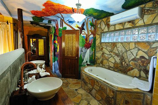 Hacienda Puerta Del Cielo Eco Spa: Casa Linda-Jacuzzi & Bathroom