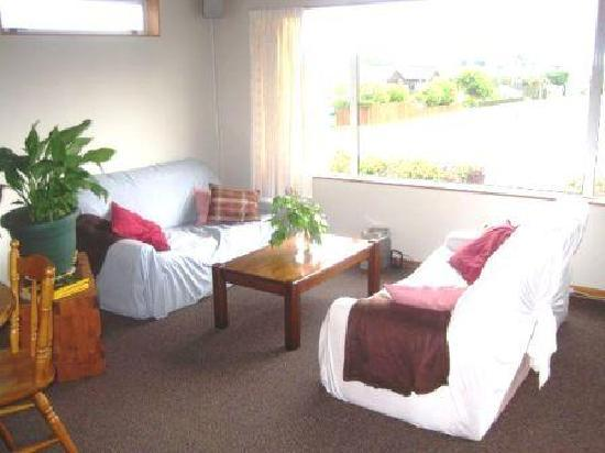 Bradshaw's Travel Lodge: little lounge with lake views