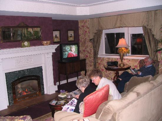 The Red Coach Inn Historic Bed and Breakfast Hotel: the fireplace was inviting