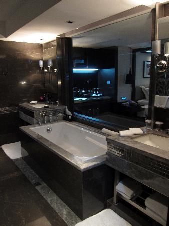 Bodi Boutique Hotel: Spacious bathrooms (2 sinks, bathtub, large shower)