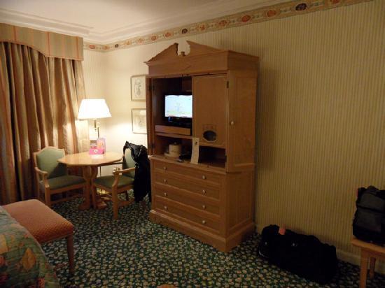 Disneyland Hotel : TV set and desk