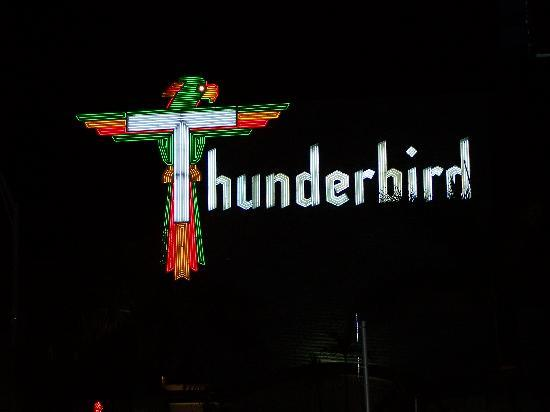 Thunderbird Beach Resort: Front at night