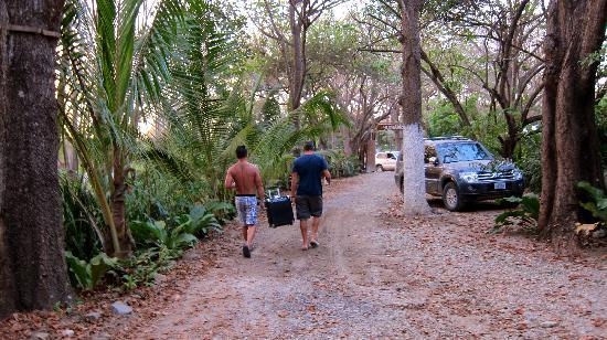 Atrapasuenos Dreamcatcher Hotel: walking our speaker (R2D2) to the beach thru the private parking lot in back