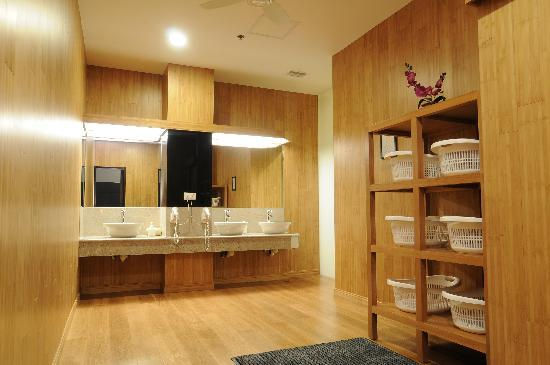 The changing room of the Japanese bath - Picture of Causeway ...