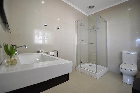 South Villa Guest House: Bathroom in Deluxe Double