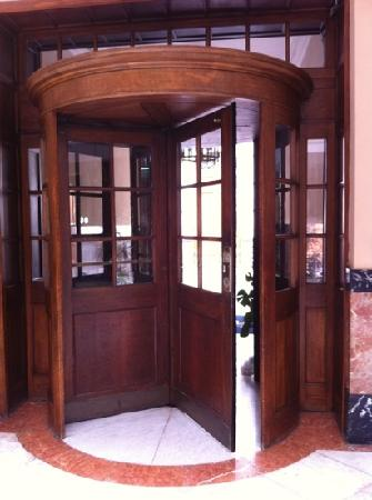 Hotel Aguere: preciosa puerta giratoria de madera