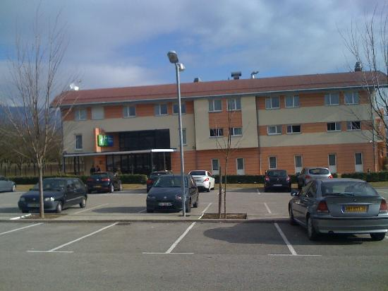 Holiday Inn Express Grenoble - Bernin: Parking & entrance