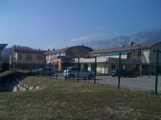 Holiday Inn Express Grenoble - Bernin: front view - hotel & restaurant